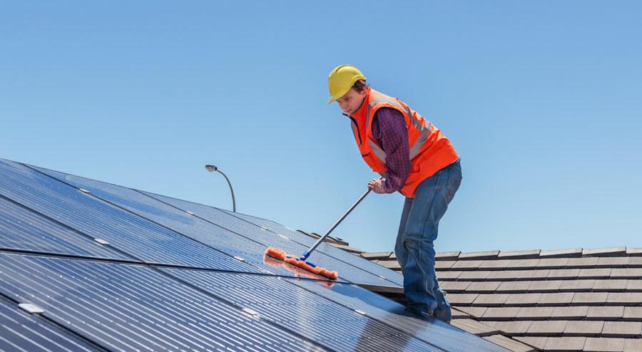 Cómo limpiar la nieve de los paneles solares